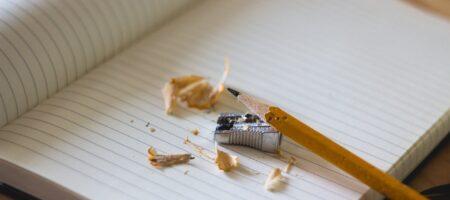 Notesbog med en ny spidset blyant.