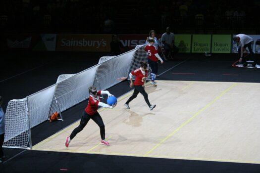 Tre kvinder der spiller Goalball